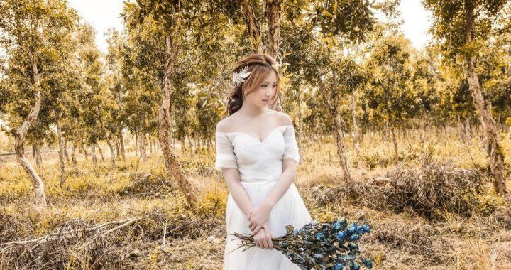 Novia oriental contenta por aplazar su boda a otoño